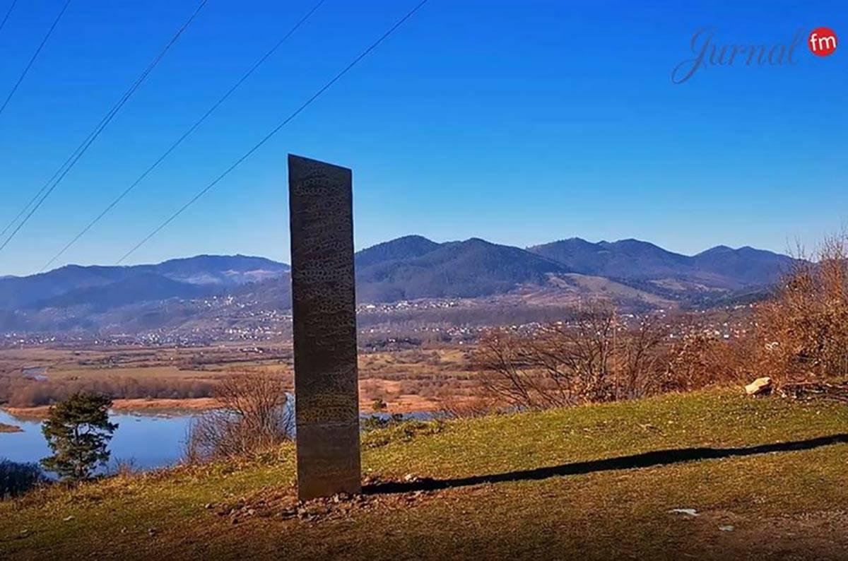 Un monolito de metal descubierto en las afueras de Piatra Neamț, Rumania, durante el fin de se ...