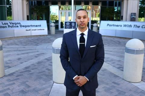 Solomon Coleman, un ex oficial de LVMPD que está demandando al departamento, posa para una fot ...