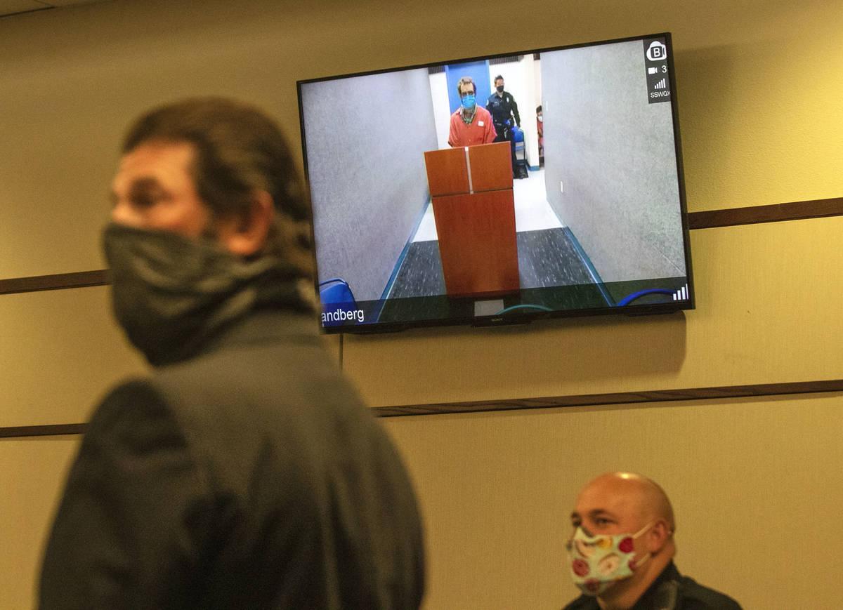 El defensor público adjunto Curtis Brown, a la izquierda, se dirige a la corte mientras su cli ...