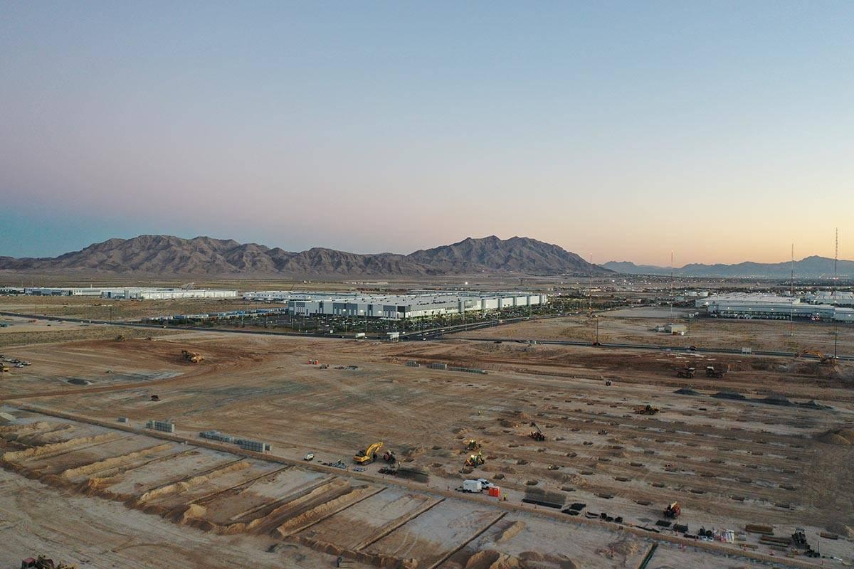 Trabajos de construcción en un edificio de 855 mil pies cuadrados de Amazon en North Las Vegas ...