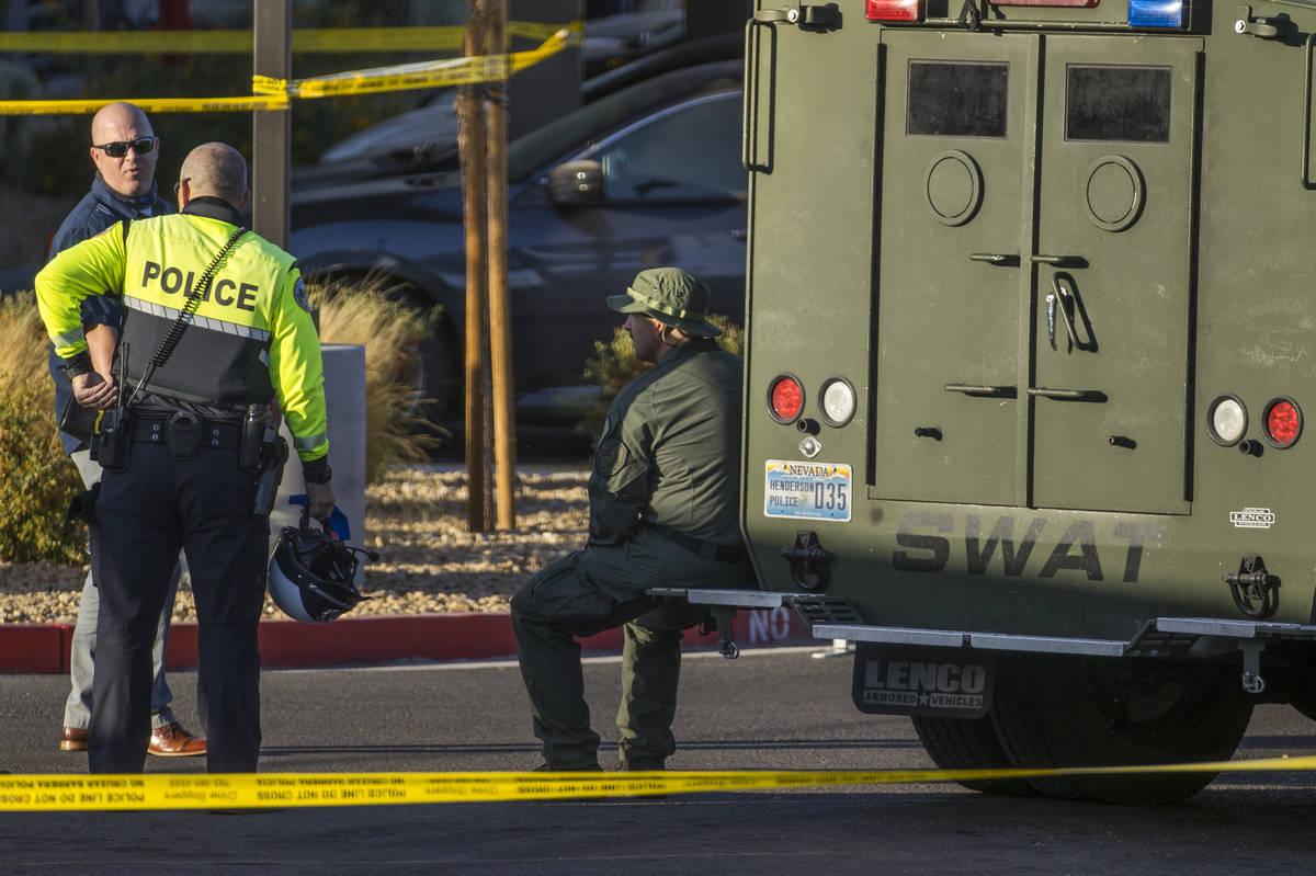 Oficiales se reúnen después de que cuatro murieron y uno resultó herido en un tiroteo polici ...