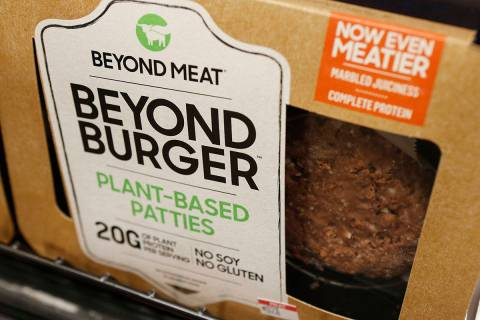 En una foto de archivo del 27 de junio de 2019, una hamburguesa sin carne llamada Beyond Burger ...