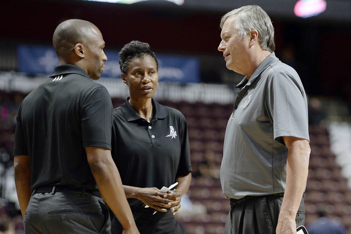 En esta foto de archivo del 4 de mayo de 2016, el entrenador de las San Antonio Stars, Dan Hugh ...