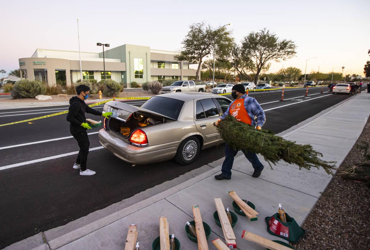 El voluntario de Home Depot, Carlos Rodríguez, derecha, y Nathan Conrady, voluntario de Libert ...