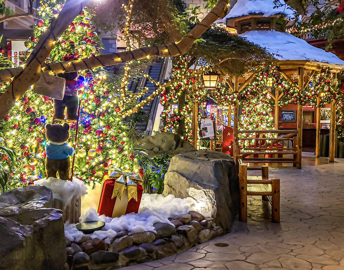 La temporada decembrina será alegre y brillante con Mystic Falls Park® que ofrece una decorac ...