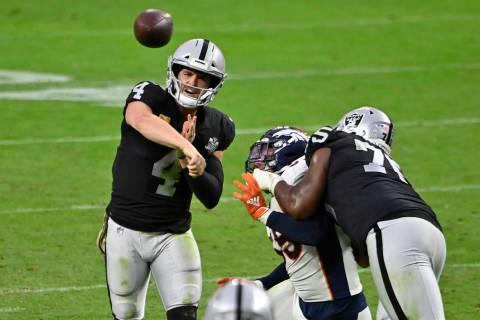 El mariscal de campo de los Raiders de Las Vegas, Derek Carr (4), lanza contra los Broncos de D ...
