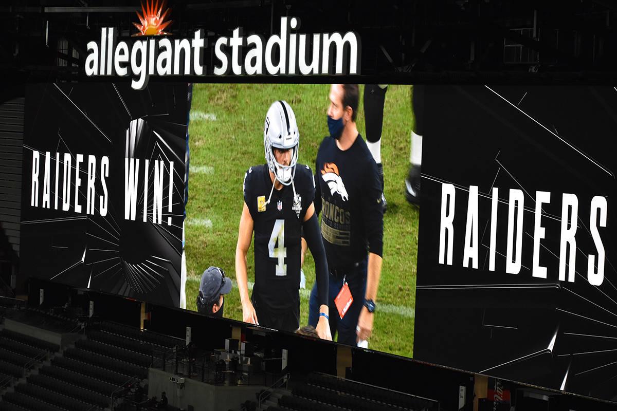 El mariscal de campo de Las Vegas Raiders, Derek Carr, ejemplifica una conducta deportiva ejemp ...