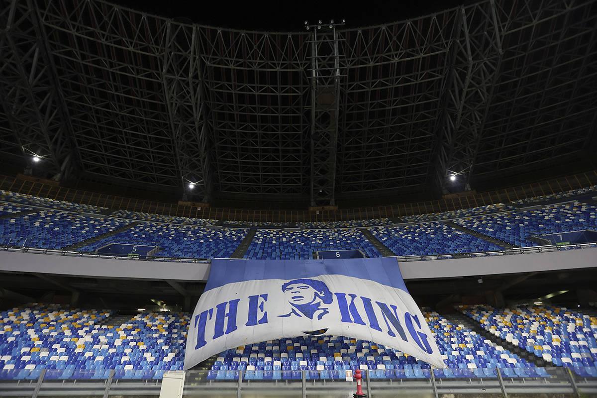 Una pancarta gigante en honor a Diego Maradona se exhibe en las gradas antes del partido de fú ...