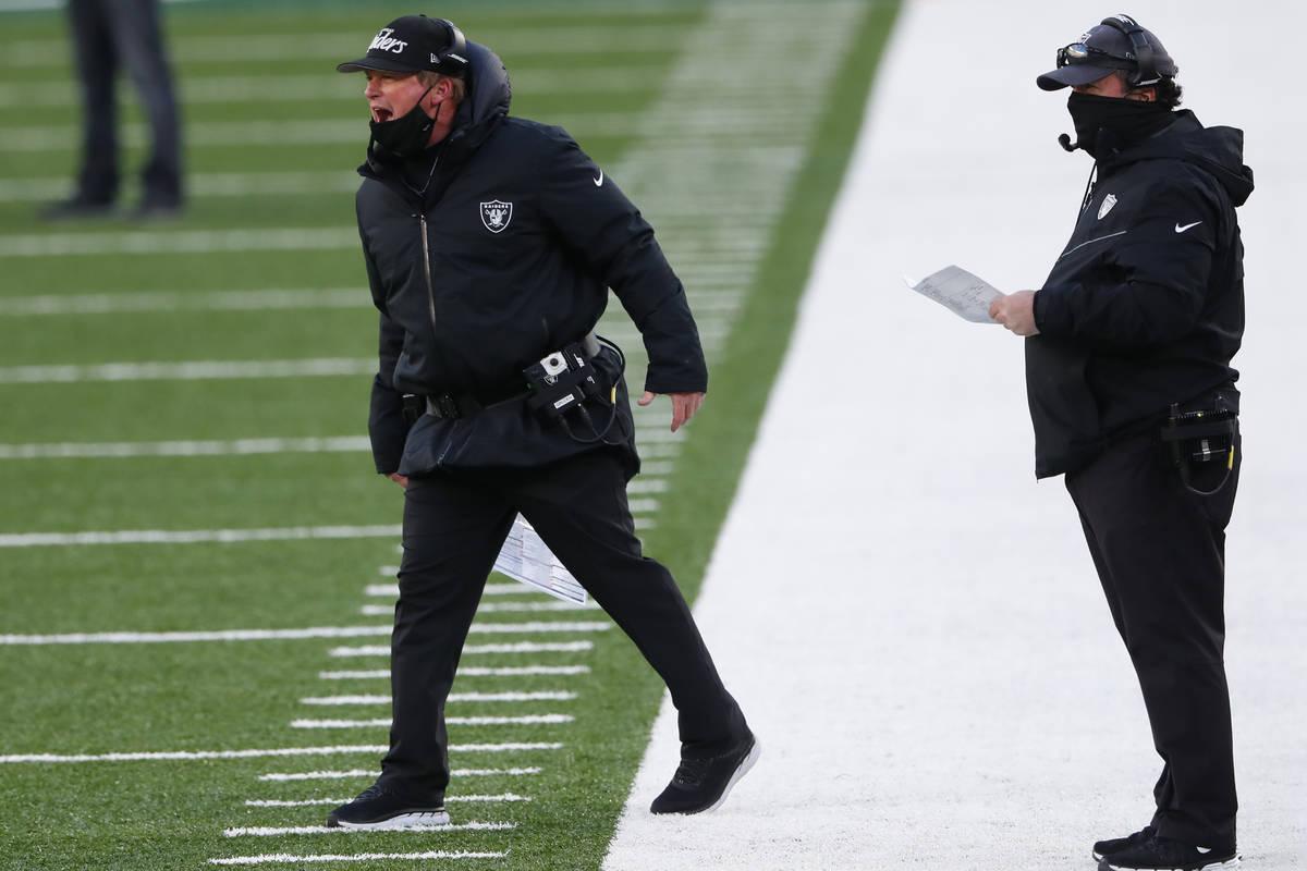 El entrenador de los Raiders de Las Vegas, Jon Gruden, grita durante la segunda mitad de un par ...