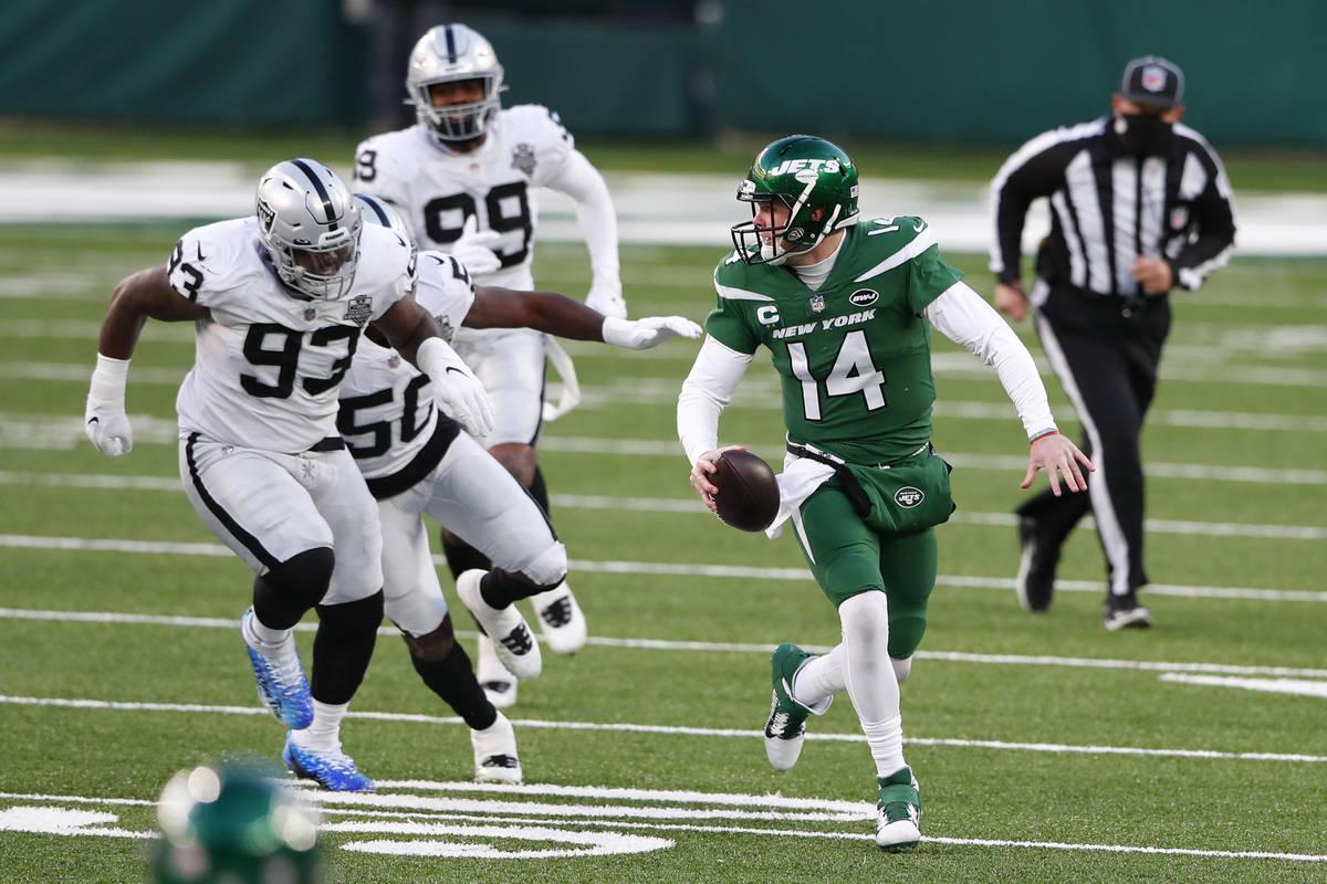 El mariscal de campo de los Jets de Nueva York, Sam Darnold, a la derecha, dirige el balón dur ...