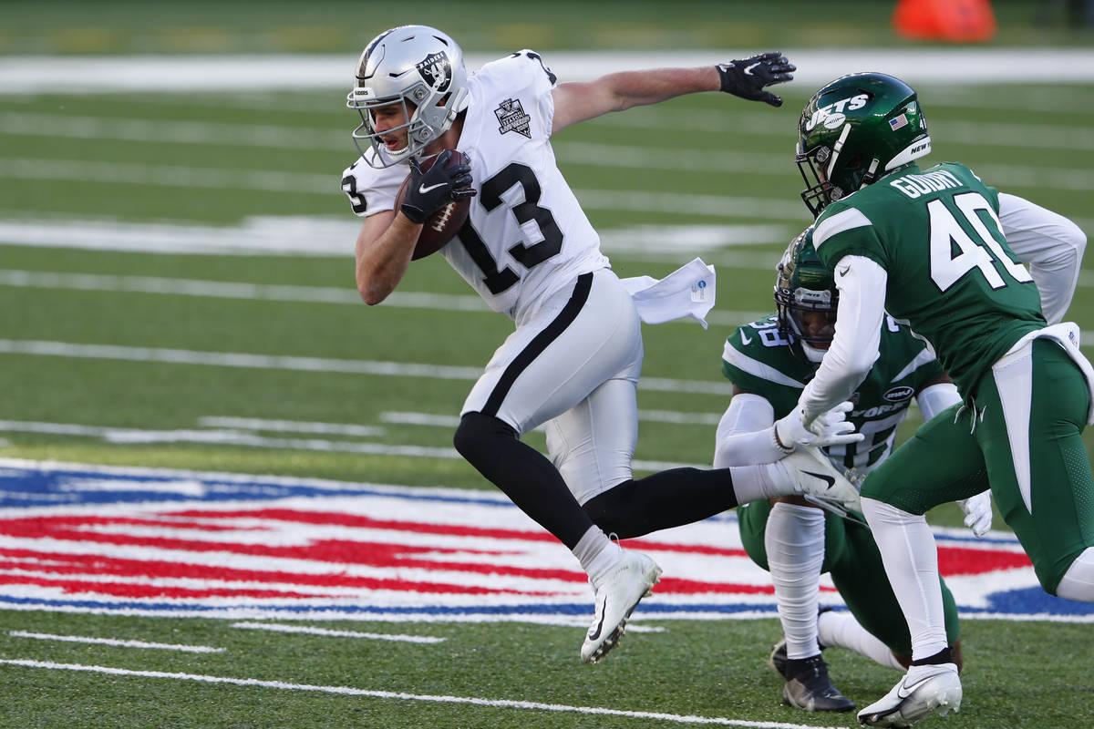 Hunter Renfrow de los Raiders de Las Vegas, izquierda, intenta evadir la defensa de los Jets de ...