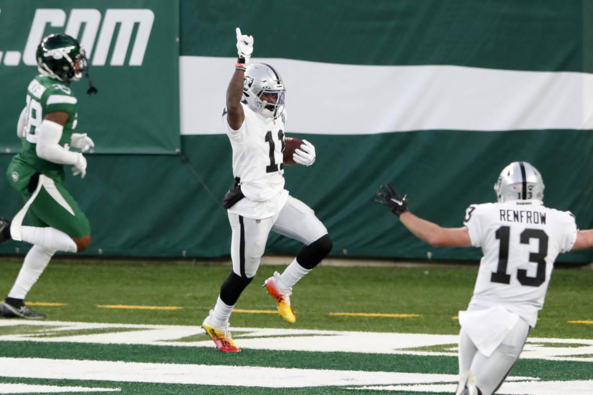 Henry Ruggs III de los Raiders de Las Vegas, centro, celebra su touchdown durante la segunda mi ...