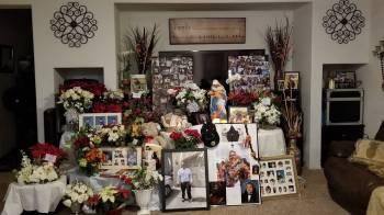Esta foto publicada en Facebook por Kevin Mendiola Sr. muestra la creciente colección de flore ...