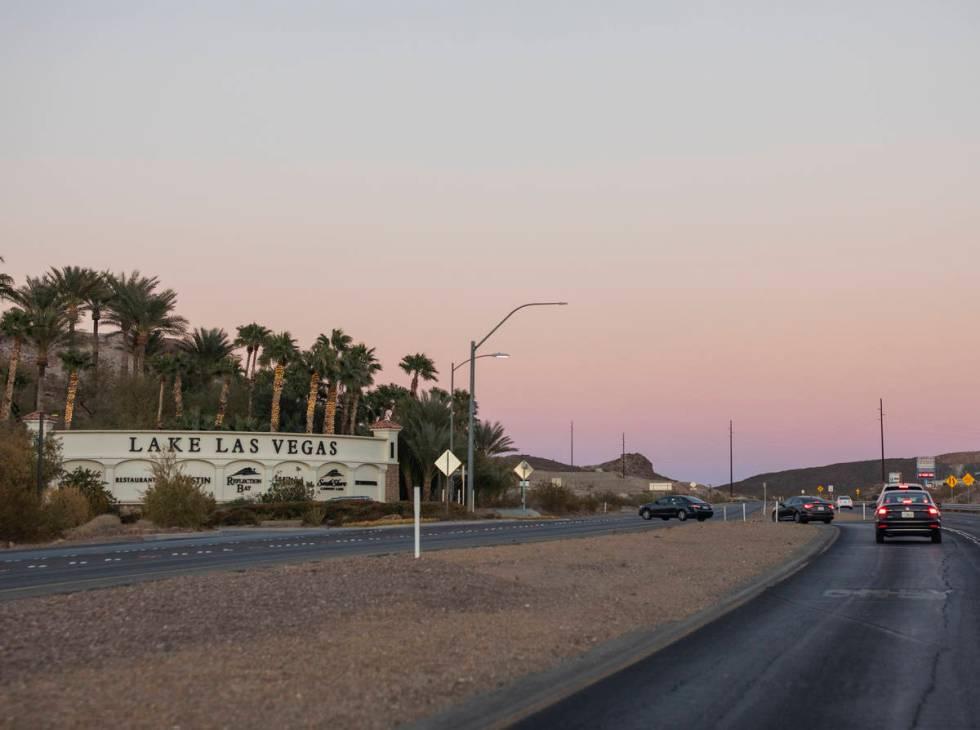 Vehículos circulan por Lake Mead Parkway cerca de la entrada de Lake Las Vegas en Henderson el ...