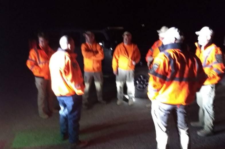 Un equipo de búsqueda y rescate trabaja para rescatar a dos excursionistas al oeste de Pahrump ...