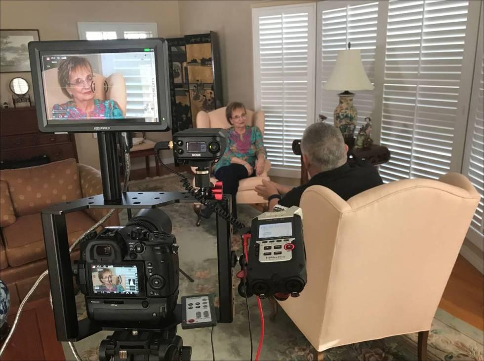Warren y Annette Hull filman una entrevista con Marynelle Evans, sobrina del miembro de la band ...