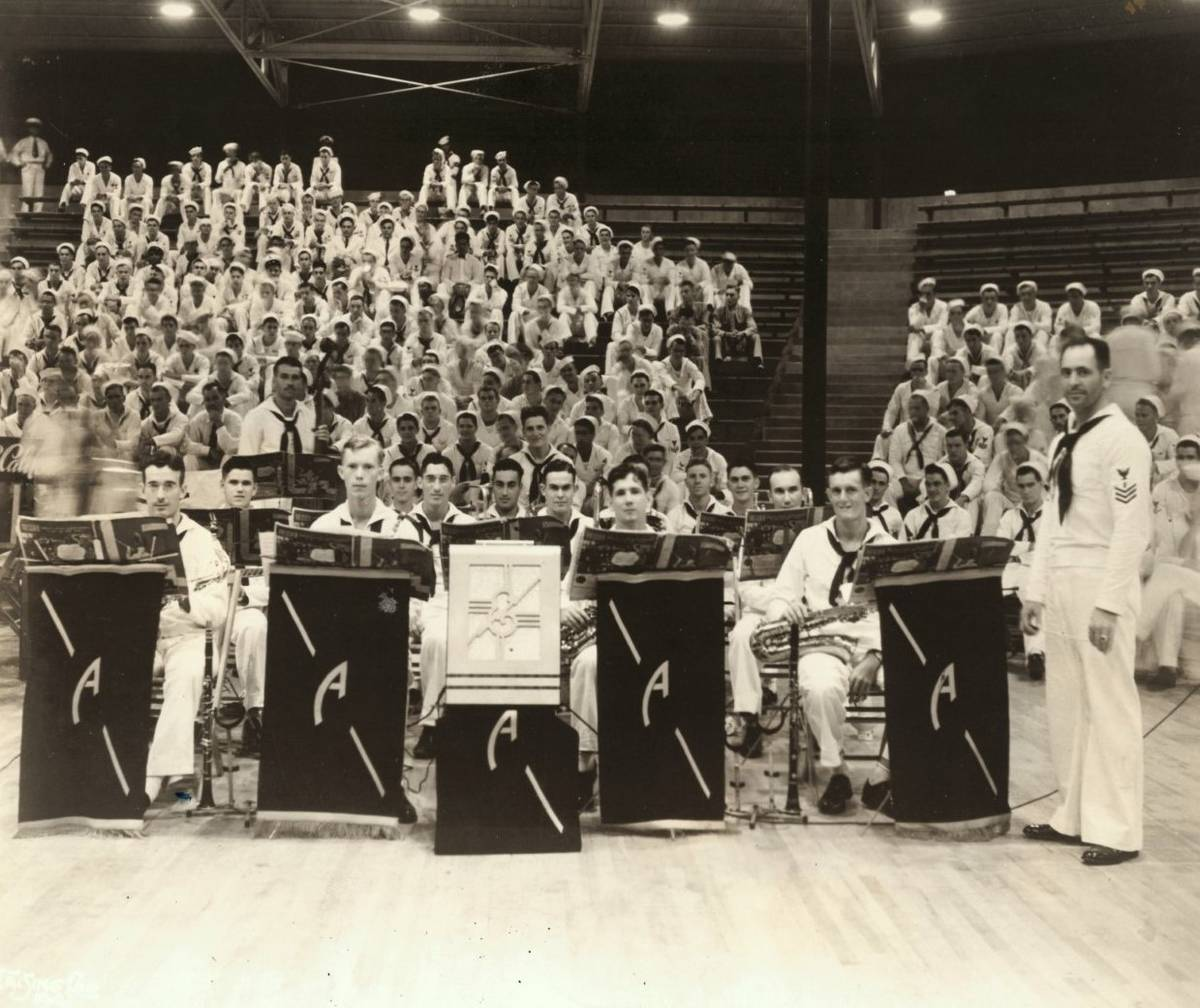 La U.S.S. Arizona Band toca en una competencia de Batalla de Música en Hawaii durante el otoñ ...