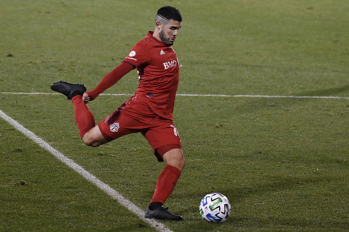 Alejandro Pozuelo, de Toronto FC, dispara a portería durante el tiempo extra del partido de po ...