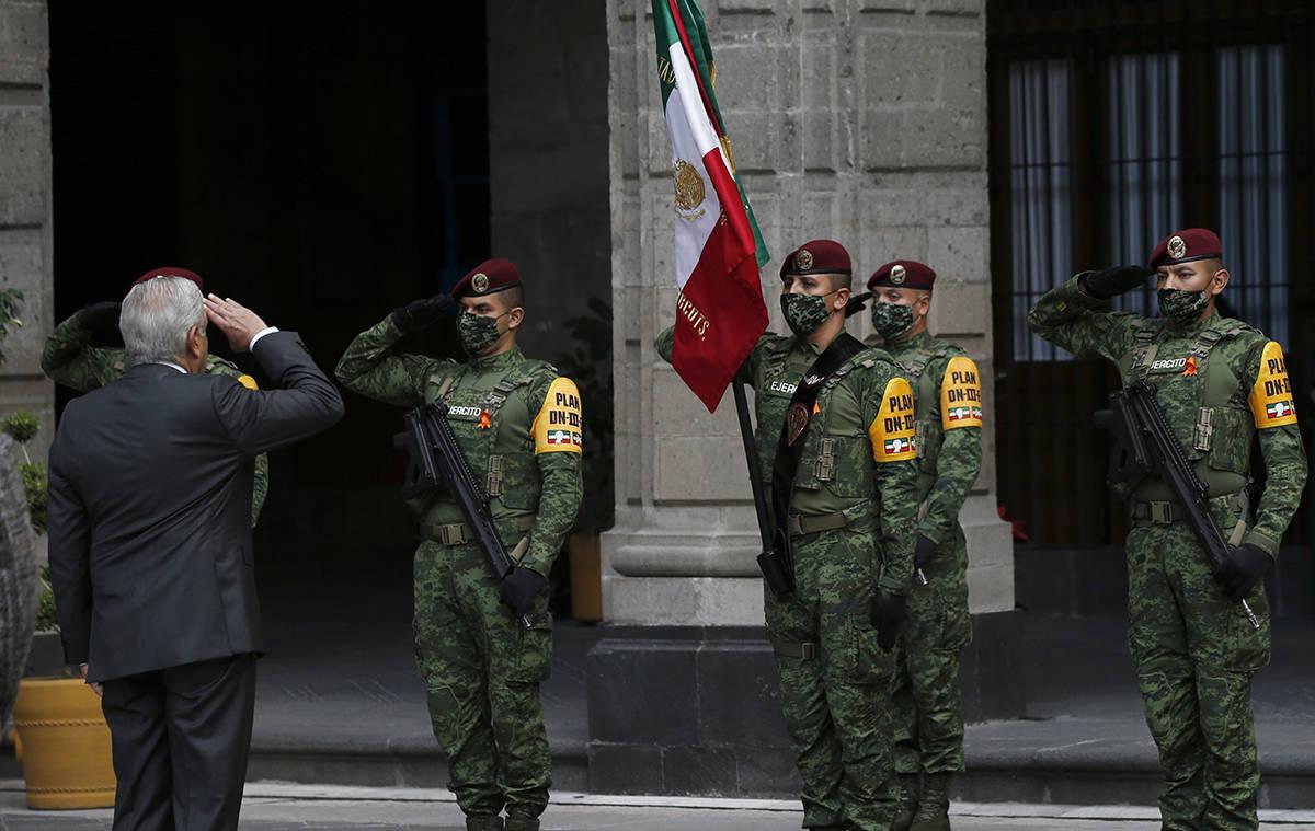 El presidente mexicano, Andrés Manuel López Obrador, saluda a la bandera durante la conmemora ...
