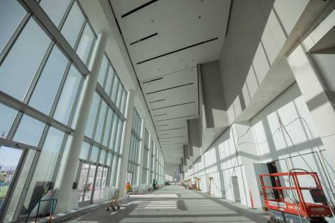 La construcción se lleva a cabo durante un recorrido por el Las Vegas Convention Center West H ...