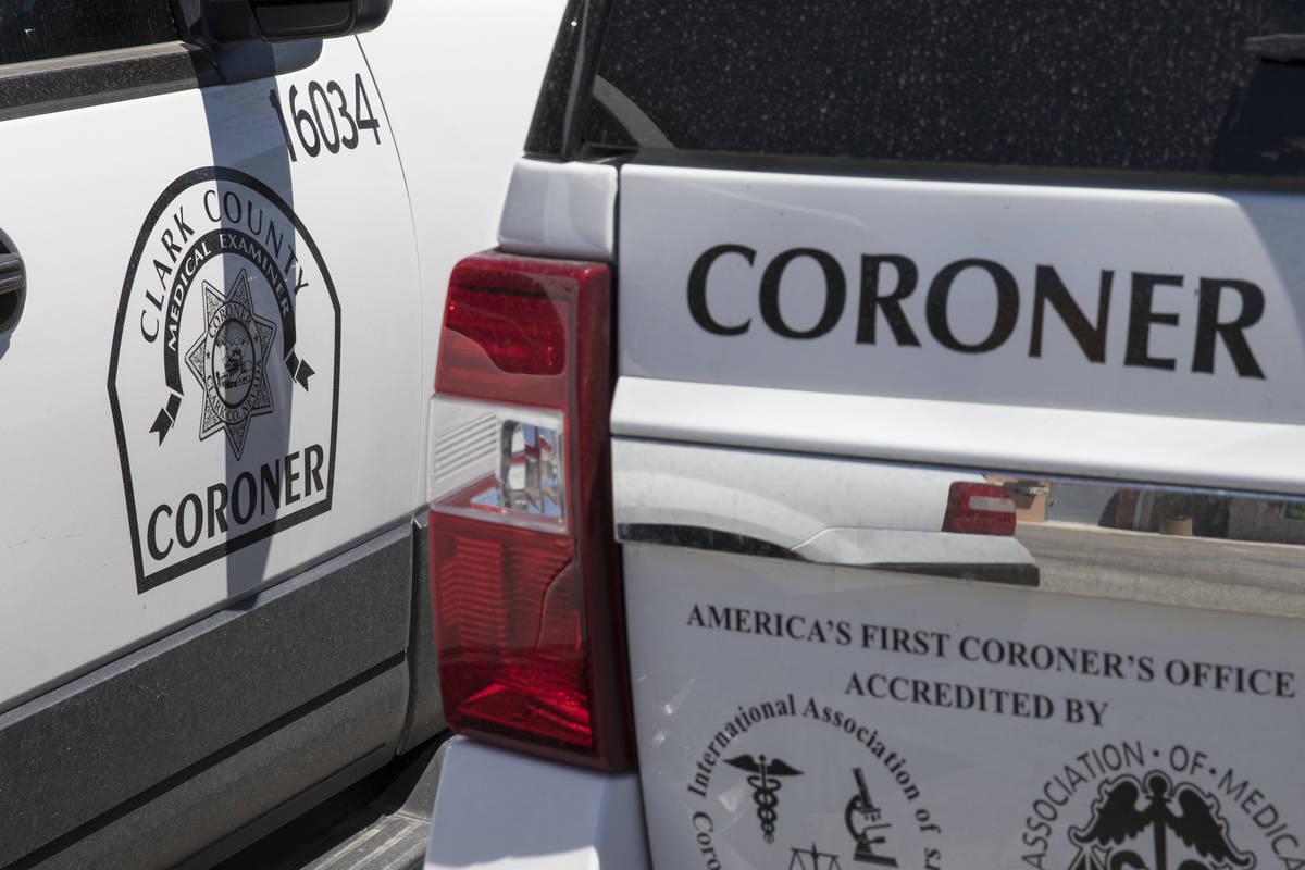 Vehículos de forenses del Condado Clark estacionados en su sede ubicada en 1704 Pinto Lane en ...