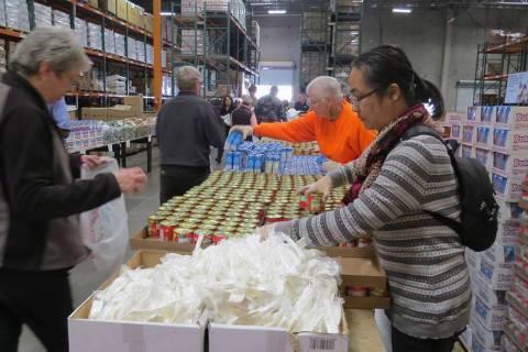 En esta foto de archivo, voluntarios de Three Square ayudan a que se pueda alimentar a personas ...
