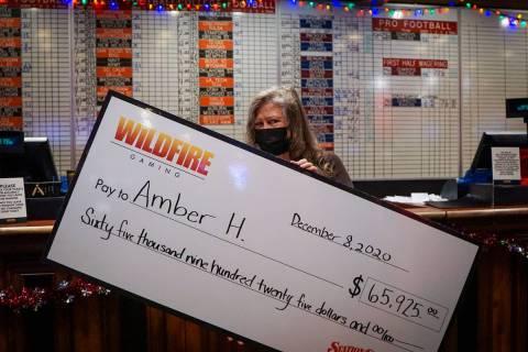 """Amber Hanover sostiene su cheque por haber ganado el concurso """"Last Man Standing"""" de la NFL de ..."""