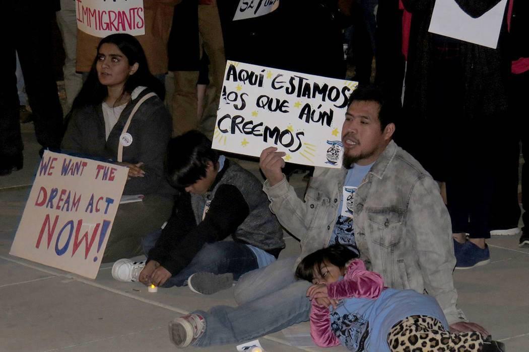 En esta foto de archivo, personas se manifestan a favor de DACA y del TPS. Miércoles 6 de dici ...