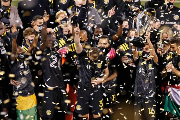 Los jugadores de Columbus Crew levantan el trofeo luego de derrotar a los Seattle Sounders 3-0 ...