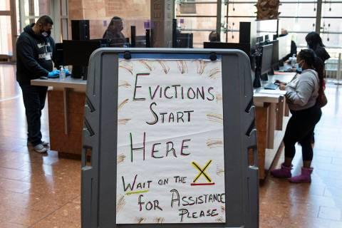 Los inquilinos que recibieron una notificación de desalojo de su propietario rellenan formular ...