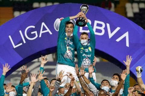 Los jugadores de León celebran con el trofeo después de derrotar 2-0 a Pumas durante el parti ...