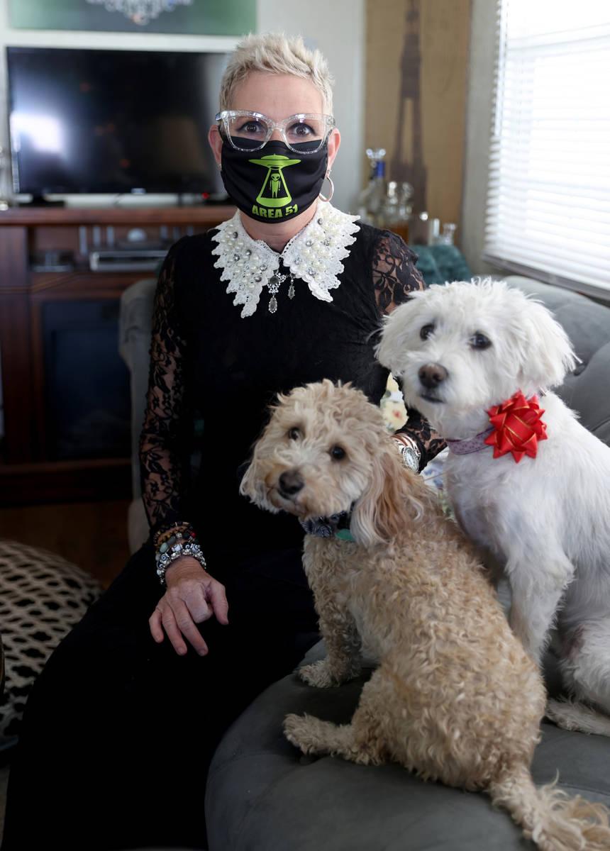 Susan Marsian-Bolduc, con sus perros Elizabeth, derecha, y Dexter, en su casa de Las Vegas el j ...