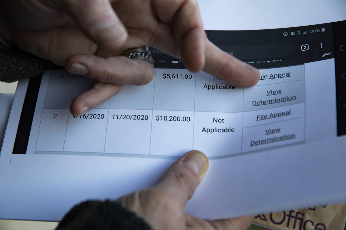 Thomas Elgas muestra capturas de pantalla impresas de sus tratos con el DETR de Nevada fuera de ...