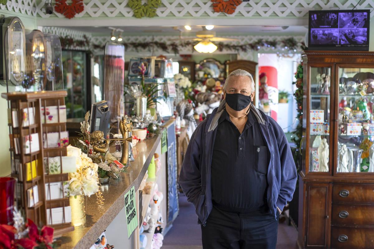 Jon DiBella posa para un retrato en su tienda, DiBella Flowers & Gifts el lunes, 14 de diciembr ...