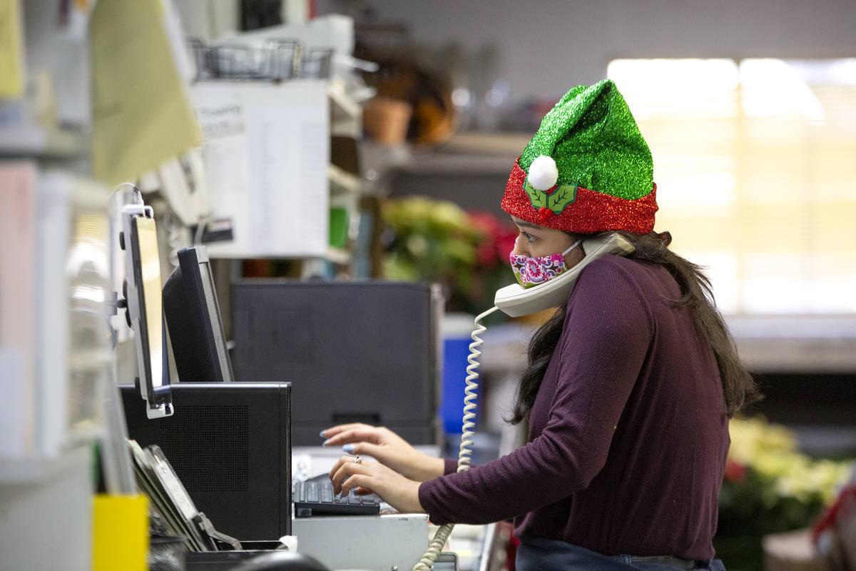 Kayla Sidecko, una vendedora, contesta el teléfono en DiBella Flowers & Gifts el lunes, 14 de ...