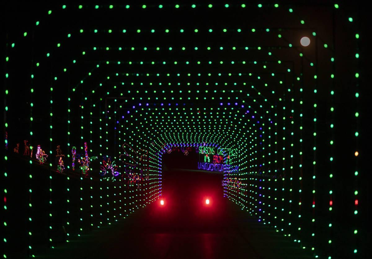 Coches a través de Glittering Lights en Las Vegas Motor Speedway el lunes, 30 de noviembre de ...