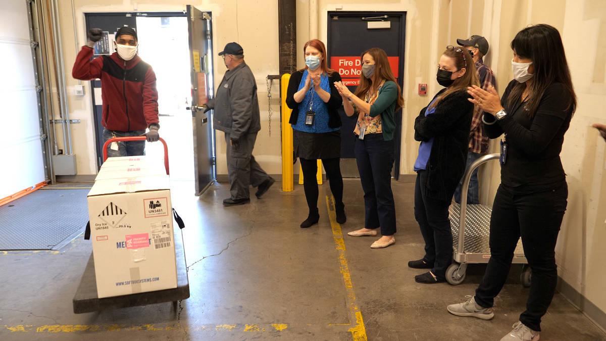 Las primeras dosis de la vacuna contra COVID-19 llegan al Distrito de Salud del Sur de Nevada e ...