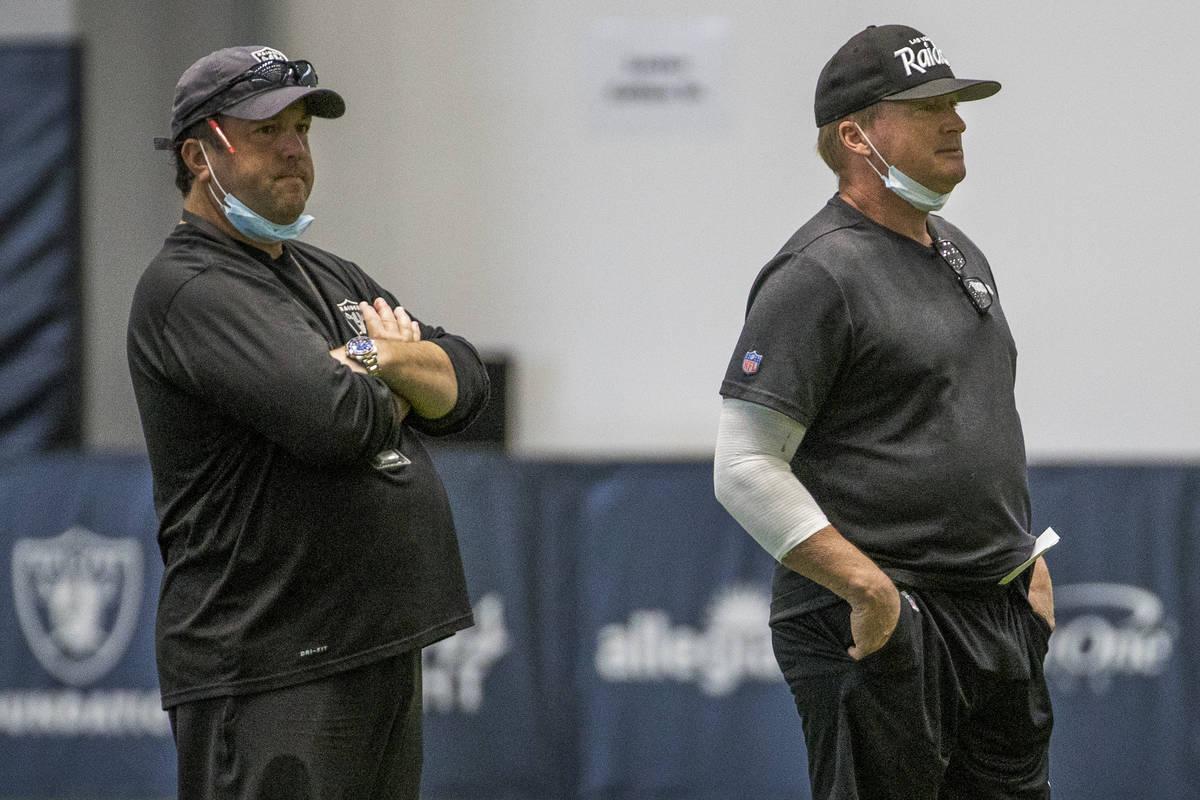 El entrenador principal de los Raiders de Las Vegas, Jon Gruden, a la derecha, junto al ex coor ...