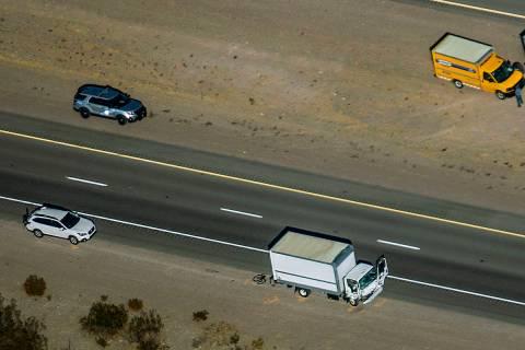 Daños al camión mientras la NHP trabaja en la escena de un accidente fatal que involucró a v ...