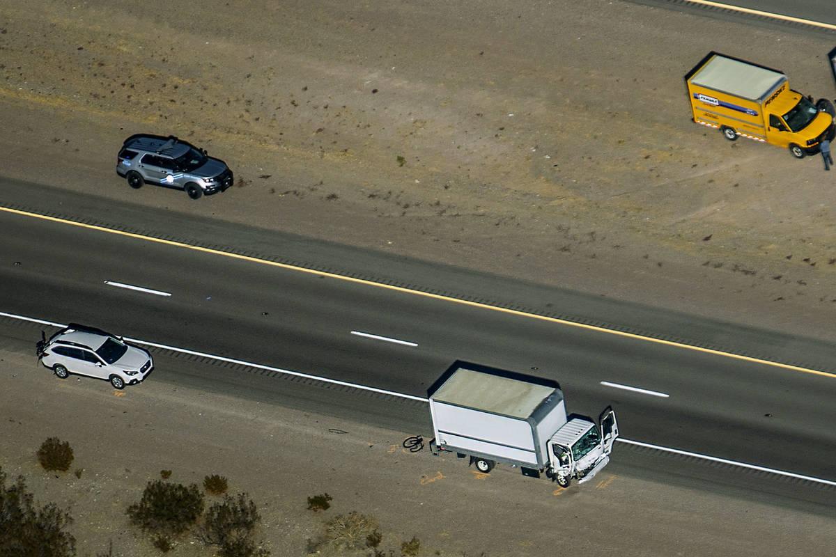 Daños a un camión vistos mientras la NHP trabaja en la escena de un accidente fatal que invol ...