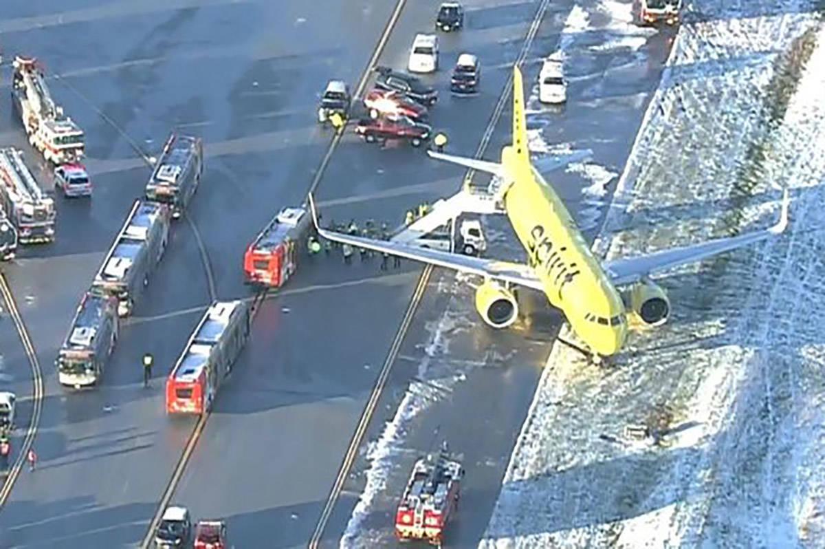 El vuelo 696 de Spirit Airlines desde Las Vegas se encuentra en la hierba cubierta de nieve del ...