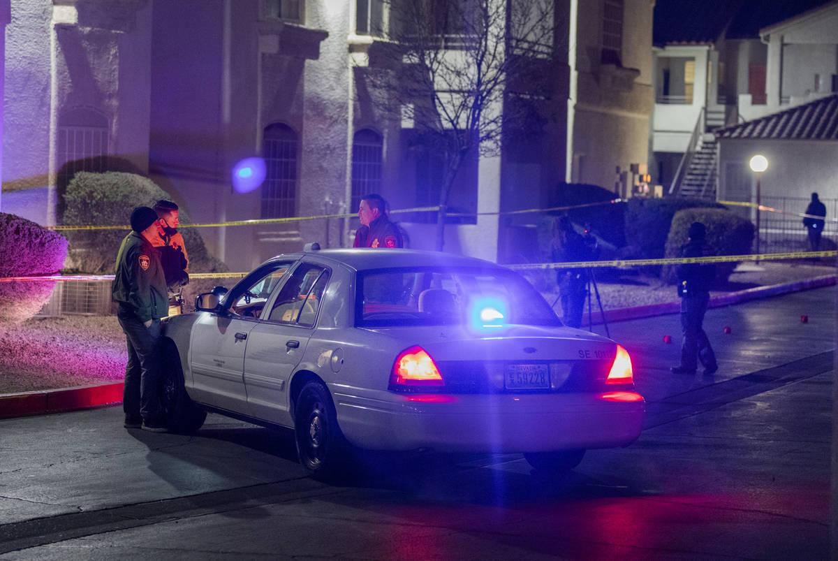 La policía investiga un homicidio el miércoles, 16 de diciembre de 2020, en los apartamentos ...