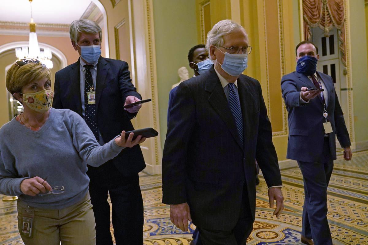 El líder de la mayoría del Senado, Mitch McConnell de Ky., pasa por delante de los periodista ...