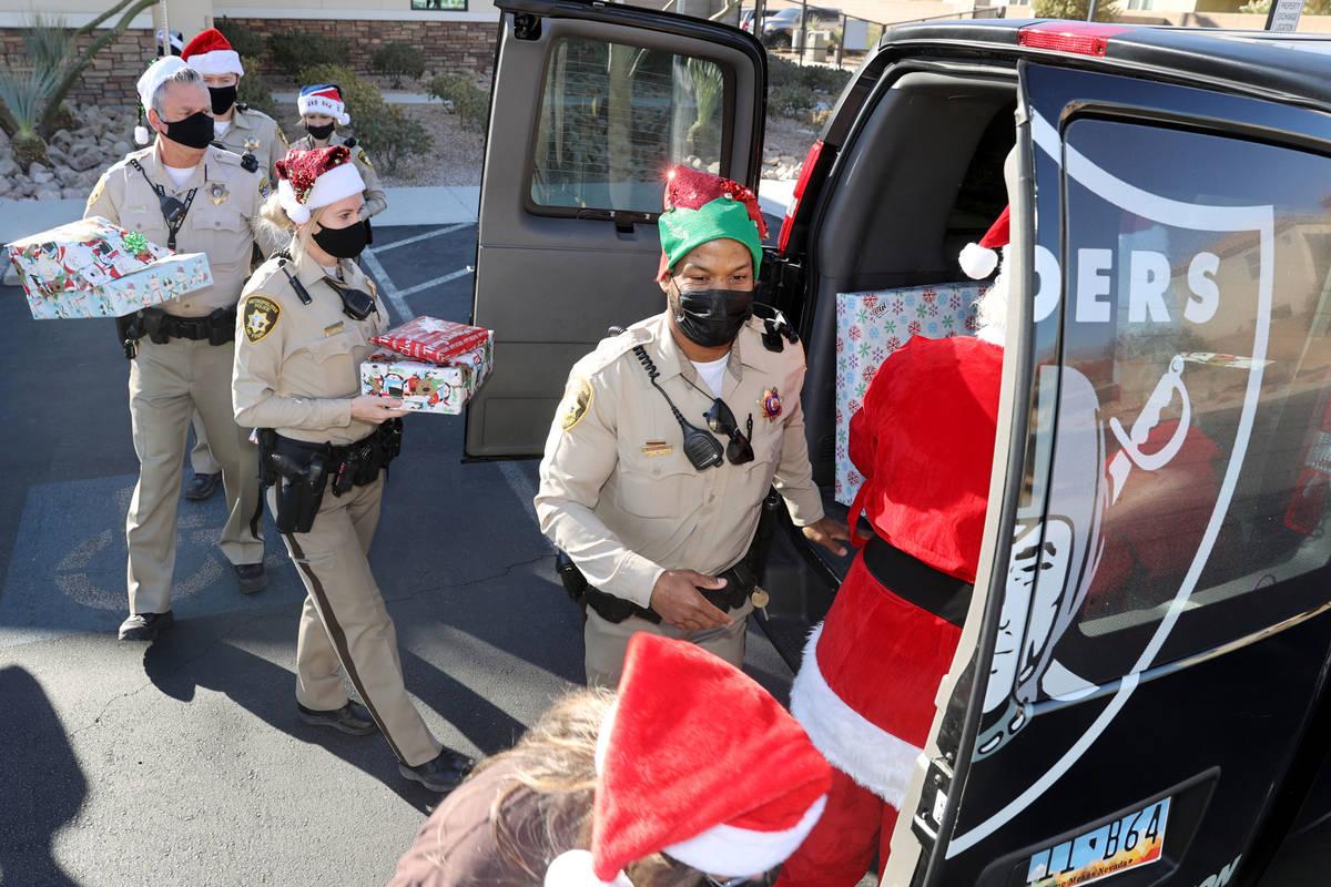 Oficiales de policía de Las Vegas, incluyendo, de derecha a izquierda, a Shadaevon Florial, Me ...