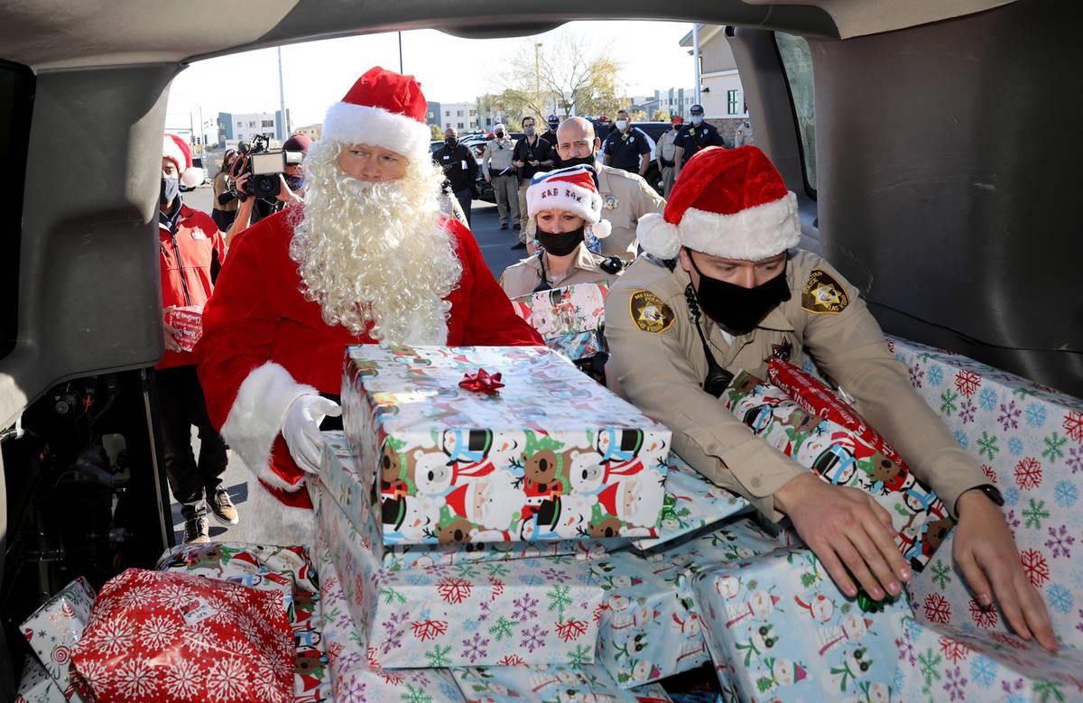 Oficiales de policía de Las Vegas, incluyendo a Mike Sian, a la derecha, A. Karas y Santa se p ...
