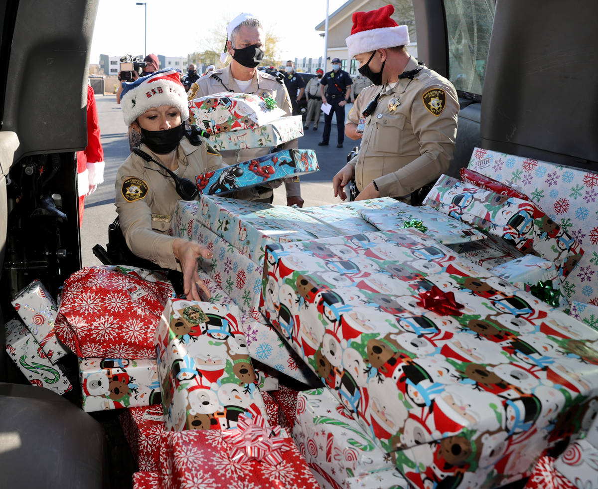 Oficiales de policía de Las Vegas, incluyendo, de izquierda a derecha, a A. Karas, Tommy Howel ...