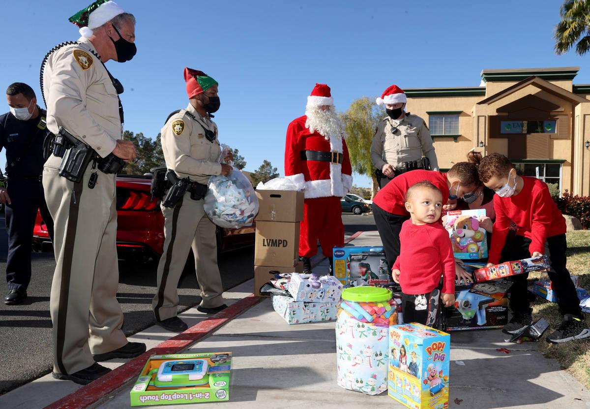 Oficiales de policía de Las Vegas, de izquierda a derecha, Tommy Howell, Shadaevon Florial, Sa ...