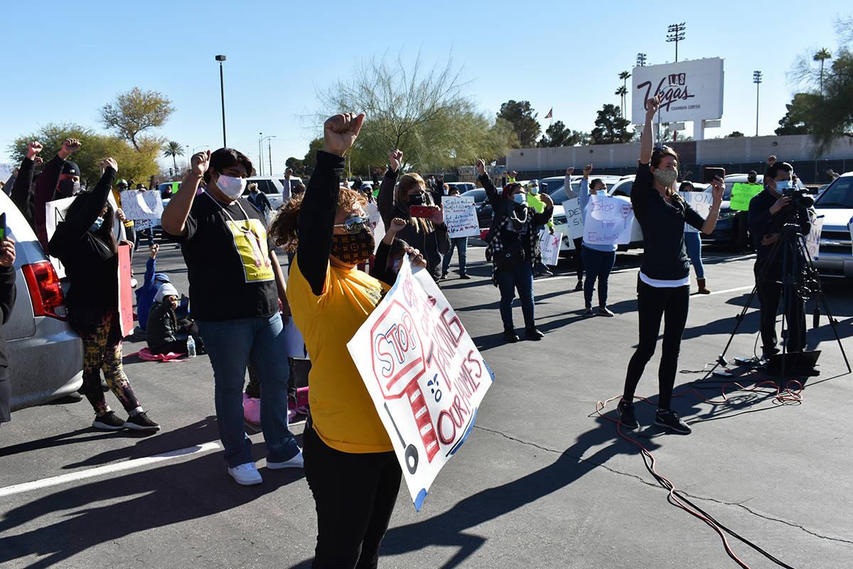 Con pancartas, decenas de personas le pidieron al gobernador Steve Sisolak poner un alto a los ...