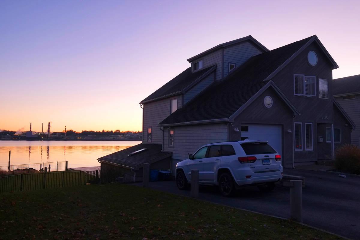 El sol de la mañana ilumina la casa en 500 Pequot Ave., a lo largo de Thames River, fotografia ...