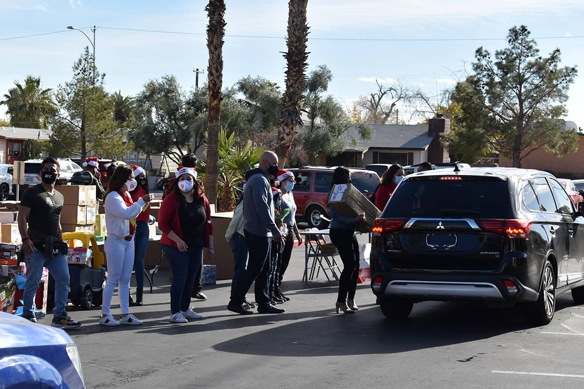 Una legión de voluntarios se encargó de coordinar a los autos, durante la entrega de distinto ...